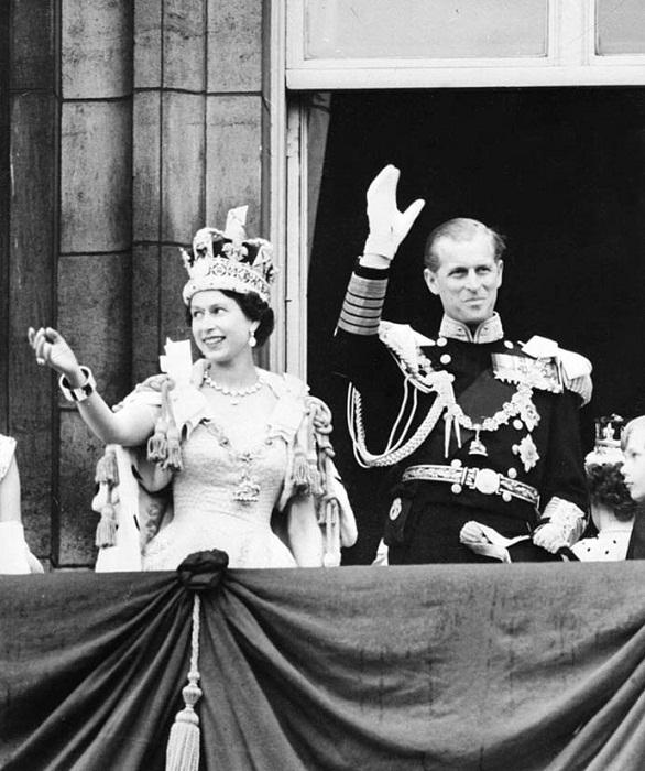 Елизавета II в короне Британской империи