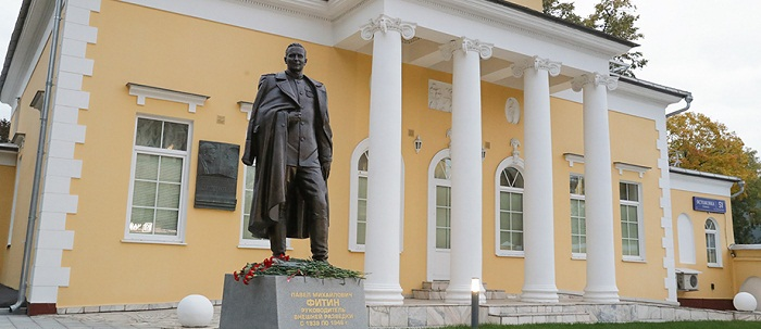Памятник Павлу Михайловичу Фитину у здания пресс-бюро Службы внешней разведки России