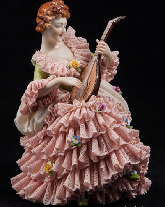 «Дама-кружевница с лютней в розовом платье», Volkstedt, Германия