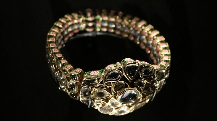 Браслет из золота и эмали, украшенный бриллиантами