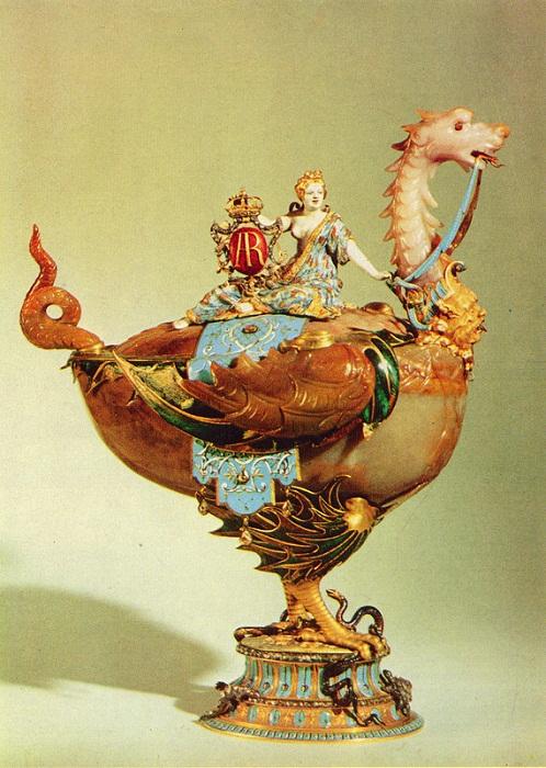 Чаша в виде дракона с Медеей на крышке. Мастер И. М. Динглингер. Дрезден. До 1709 г. Сардоникс, золото, алмазы, эмаль