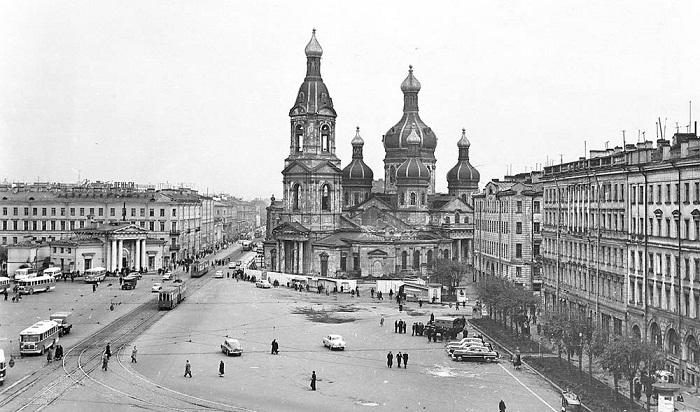 Успенский собор на Сенной площади 1960 г., храм ещё с куполами, но забор уже стоит – демонтаж начался