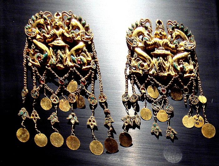 Пара подвесок в виде повелителя дракона из золота, бирюзы, граната, лазурита, сердолика и жемчуга