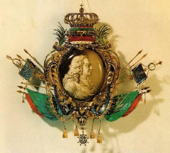 Картуш с портретом Августа Сильного на медальоне. Часть «Обелиска Августа» работы И. М. Динглингера Высота 22,5 см. Дрезден