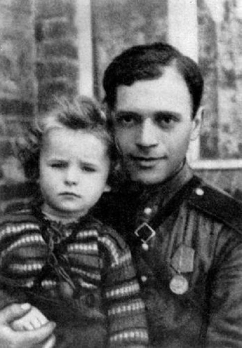 Давид Самойлов с польской девочкой