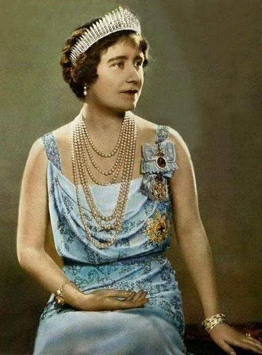 Королева-мать в тиаре-франж