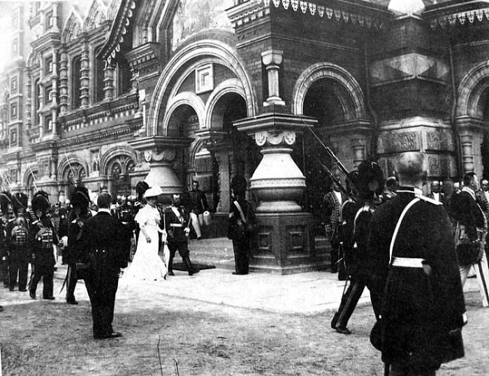 Император Николай II и Императрица в сопровождении свиты и роты Дворцовых гренадеров идут с крестным ходом вдоль «Спаса на крови». Петербург. 1907 г.