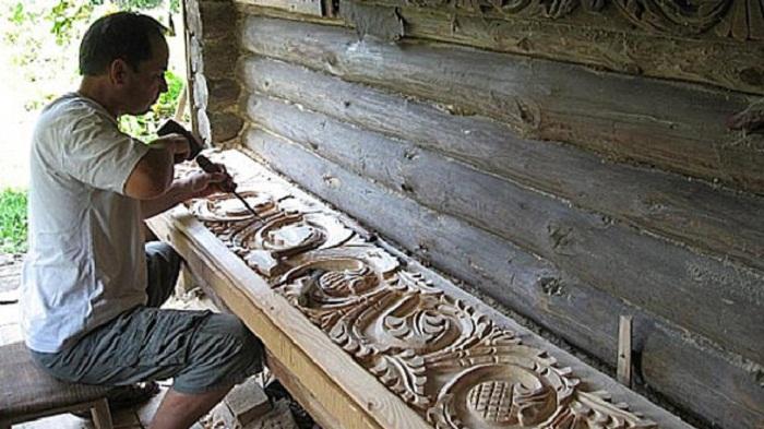 Резчик Сергей Соколов за работой по восстановлению домовой резьбы в г. Городец (Нижегородская область)