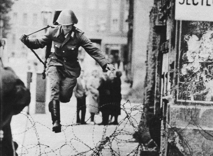 Один из самых первых побегов через еще не построенную Берлинскую стену
