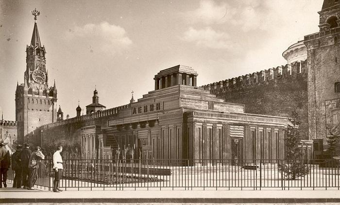 Спасская башня с орлом и мавзолей. 1925 год