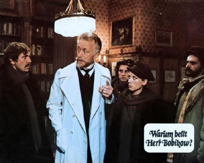 Кадр из фильма «Warum bellt Herr Bobikow?), 1976 год. Слева – Швондер, в халате – профессор Преображенский