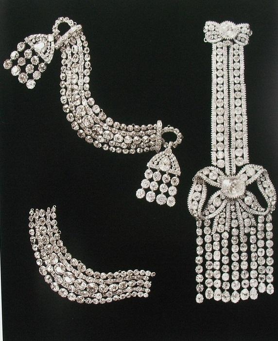 Бриллиантовые эполеты. Первые две датируются началом XIX в.; третья – из золота, эпохой Екатерины II. Алмазный фонд