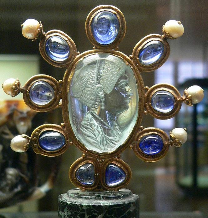 Инталия Юлия, дочь Тита 9 век Инталия, изображающая Юлию, дочь Тита. 9 век. Автор - Euodos. Хранится в Национальной библиотеке (Кабинет медалей), Париж.