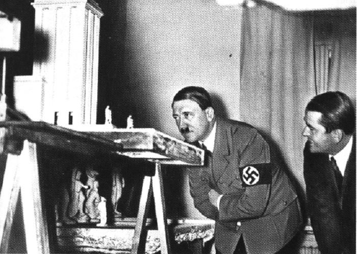 Гитлер контролирует ход подготовки к выставке