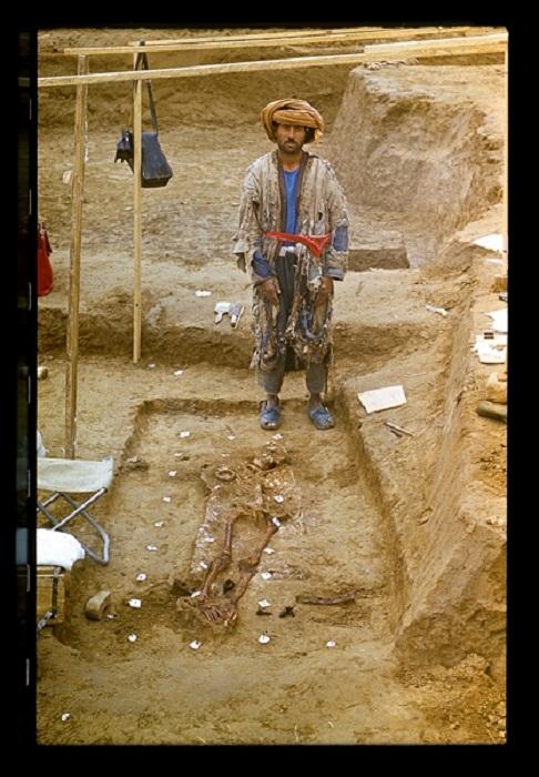 Афганский крестьянин Худайдот позирует фотографу  у погребения 1: именно здесь он обнаружил золото Бактрии