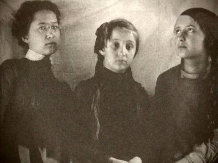 Три сестры Суок. Слева направо: Лида, Серафима и Ольга