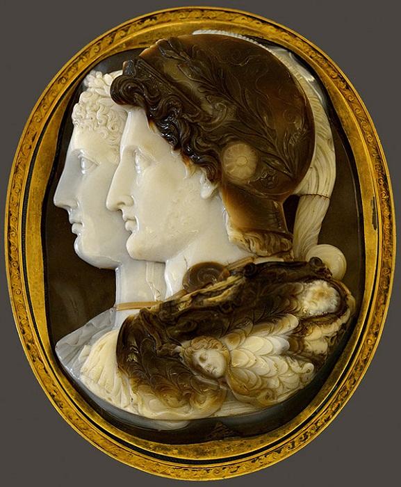 Птолемей II и Арсиноя (Камея Гонзага). Трехслойный сардоникс. III в. до н.э. 15,7 х 11,8 см х 3 см. Древний Египет, Александрия