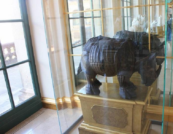 Носорог, тоже изготовлен из  «бётгеровского» фарфора