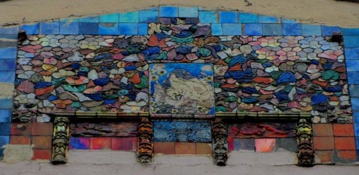 Панно из керамики на фасаде дома в Лебяжьем переулке