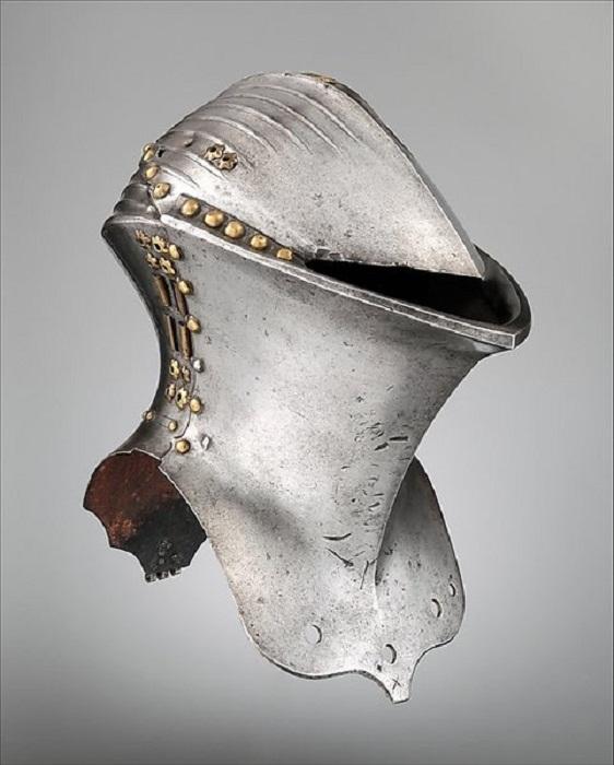"""Stechhelm или шлем """"Лягушачья пасть"""". Использовался конными рыцарями с 14-го по 17-й века. Шлем из музея Метрополитен, ок. 1500 г."""
