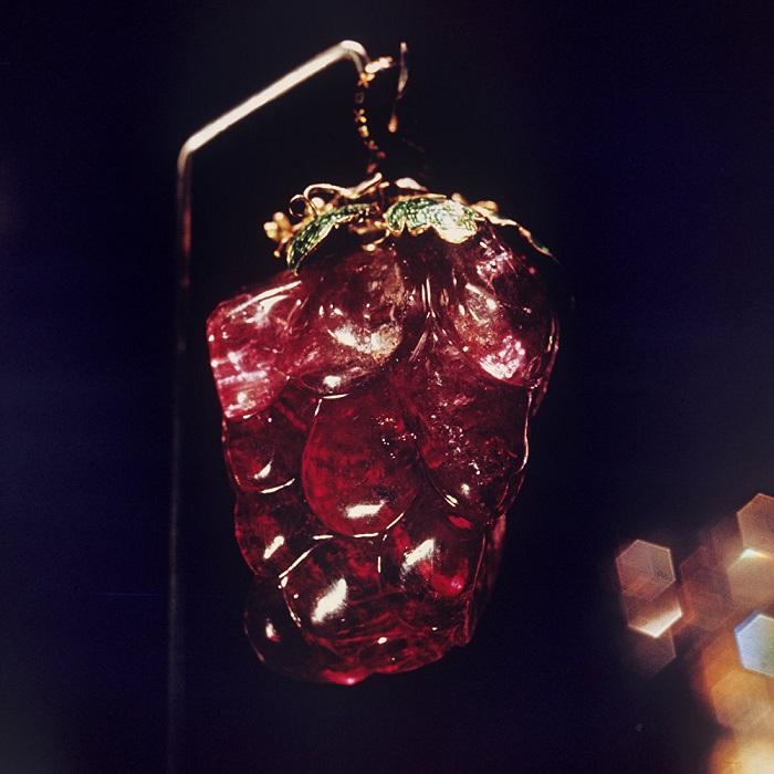 Подвеска с розовым турмалином в форме грозди винограда, приблизительно 260 карат. Золото, изумруды, эмаль