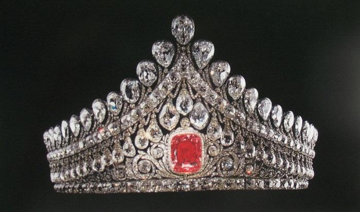 Бриллиантовая диадема императрицы Елизаветы Алексеевны, жены императора Александра I Золото, серебро, розовый бриллиант, мелкие бриллианты, 1810 год