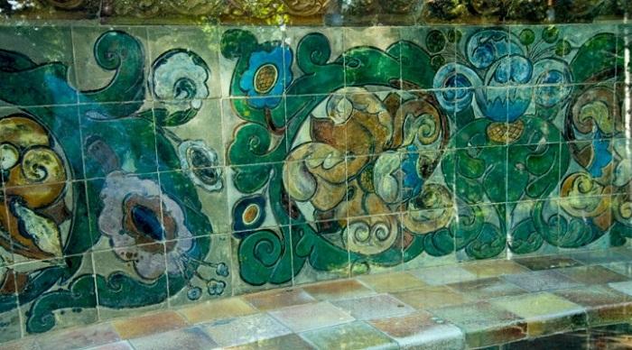 Фрагмент знаменитой врубелевской скамейки из майолики. Абрамцево