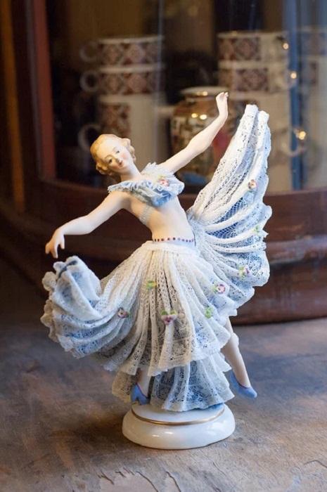 Фарфоровая статуэтка танцовщицы-балерины кружевница. ACKERMANN & FRITZE (Volkstedt, Thuringia, Germany)