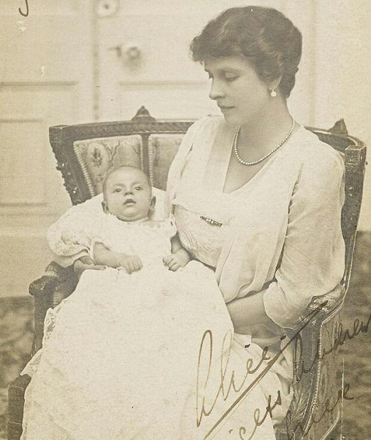 Долгожданный наследник с матерью Алисой