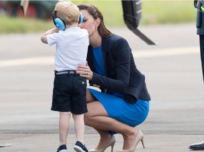 Герцогиня успокаивает сына, 8 июля 2016 года