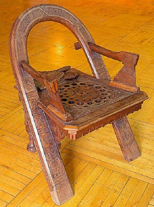 Кресло «Дуга, топор и рукавицы» работы мастера В.П.Шутова. 1870 год