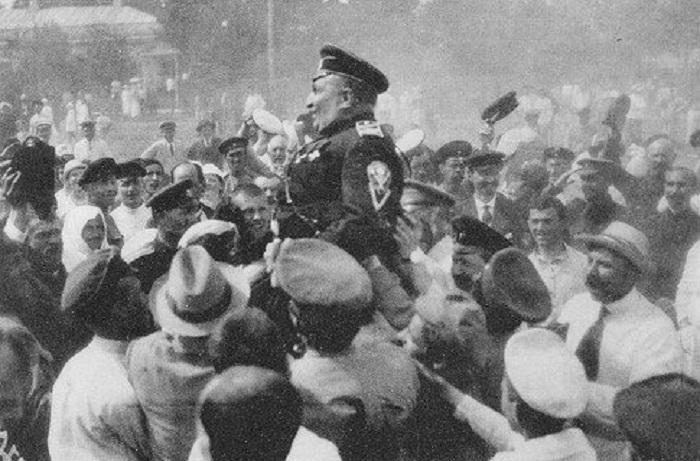 В освобожденной Малороссии. Жители Полтавы качают генерала Май-Маевского летом 1919-го