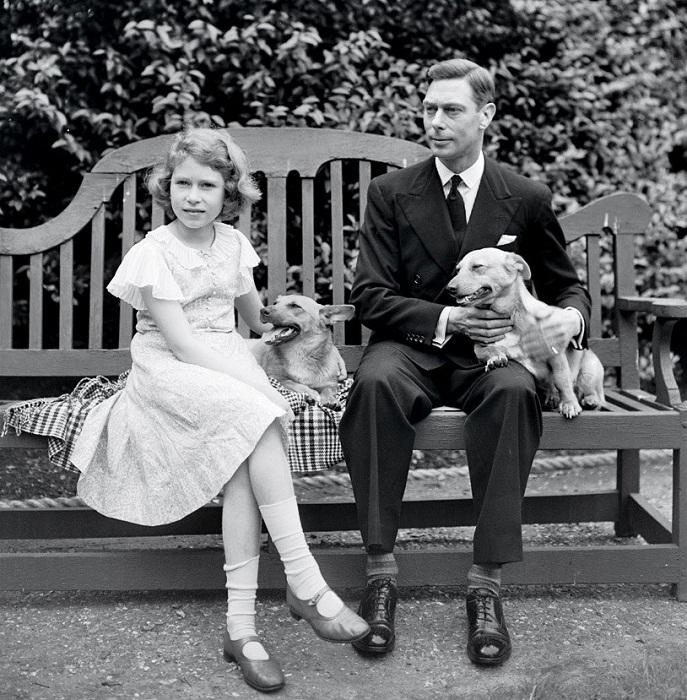 Елизавета и ее отец, будущий король Георг VI, в Лондоне с собаками Дуки и Джейн, 1936 год