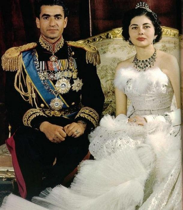 Принцесса Сорайя в платье от Christian Dior с мужем Мохаммедом Реза Пехлеви в день свадьбы, 1951 год