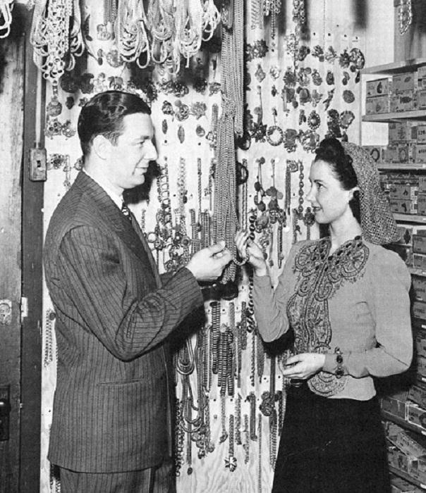 Joseff и актриса  Katherine Wilson рассматривают цепочки на складе украшений Joseff of Hollywood