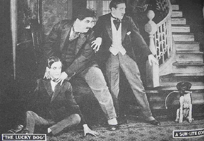 1921 год – первое совместное появление Лорела и Харди в фильме «Счастливый пес» (Lucky Dog). Харли за шею усаживает Лорела на пол...