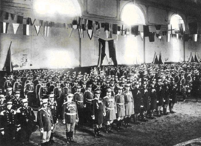 Полицейские части в здании Конно-Гвардейского манежа во время ежегодного праздника полиции