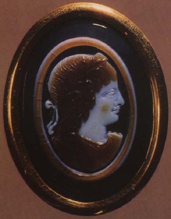 Клеопатра VII. Сардоникс. Конец I в. до н. э. 2,8 х 2,2 см.