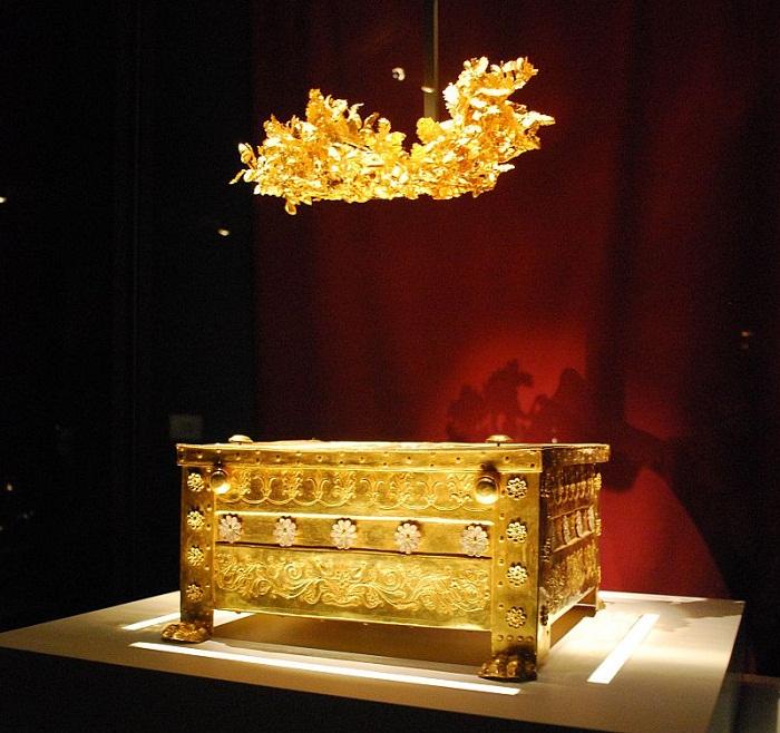Ларец и погребальный венок Филиппа II, найденные в Вергине