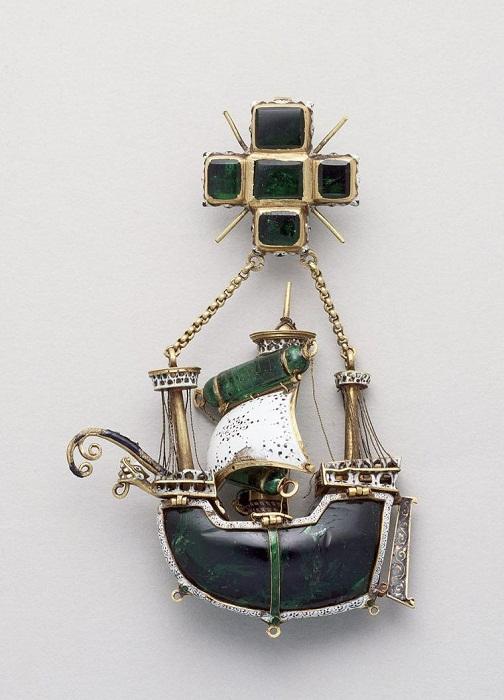 Подвеска из Эрмитажа. XVI век, Испания. Корпус каравеллы выточен из цельного куска изумруда.