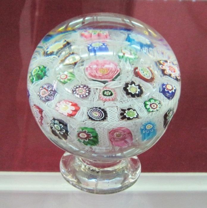 Шар с цветочной клумбой внутри, 1830 г. Техника «миллефиори» – миллион цветов. Разновидность древней техники, когда узор выполняется с помощью тонких стеклянных дротов, заплавленных в толщу стекла