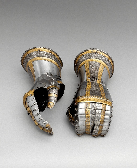 Пара перчаток от доспехов Филиппа II. Германия, Аугсбург. 1554-1558 гг. Сталь, кожа, золото