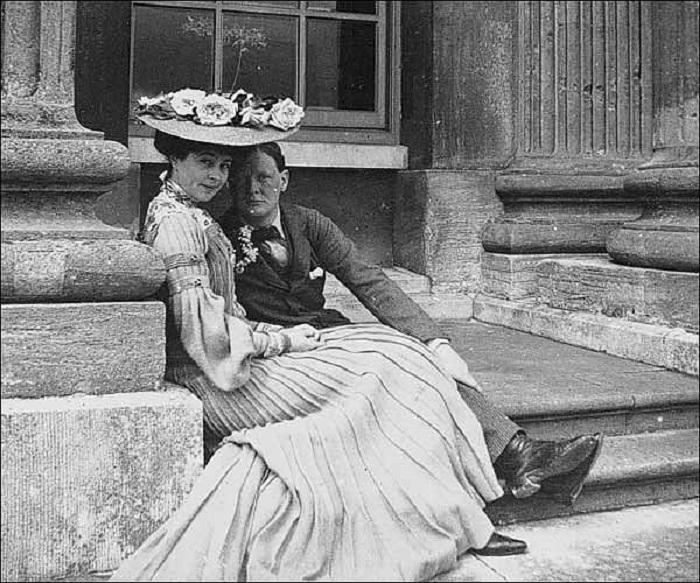 Консуэло с кузеном Уинстоном Черчиллем на ступеньках парадного входа дворца Бленхейм