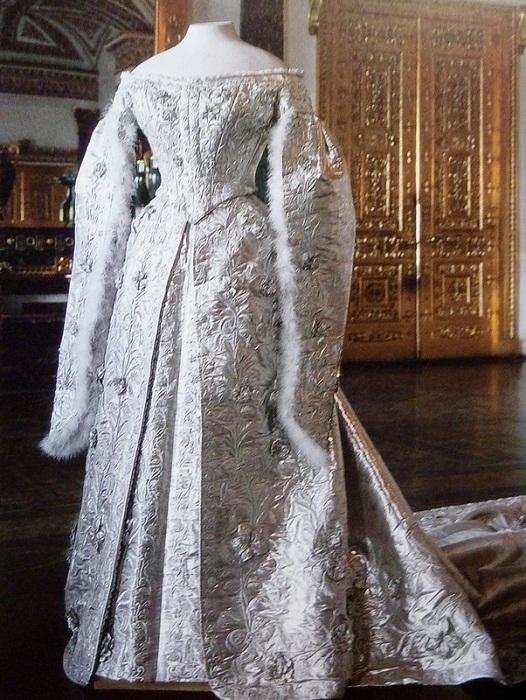 Подвенечное платье императрицы Александры Фёдоровны – 10 килограммов серебряной парчи, перья марабу, изящное шитьё.