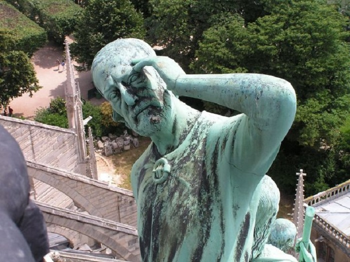 Виолле-ле-Дюк в виде апостола на крыше Собора Парижской Богоматери