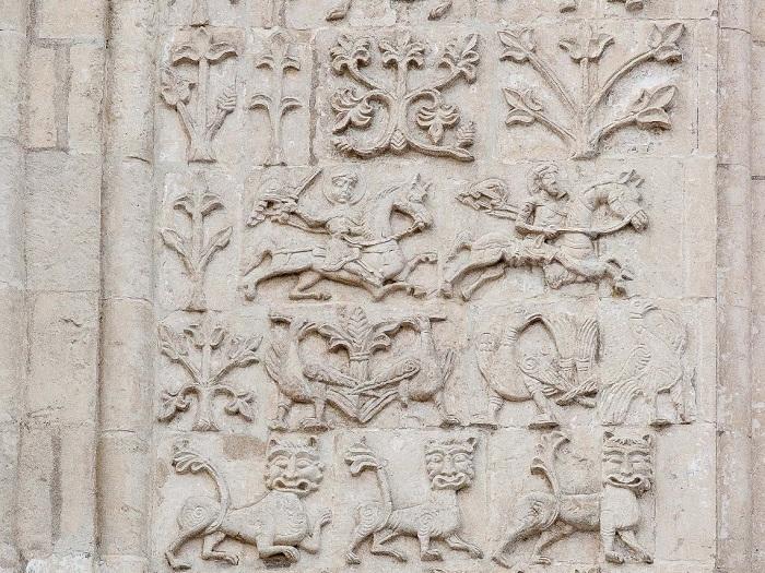 Южный фасад.  Конные святые воины Дмитрий Солунский (с мечом) и Прокопий.