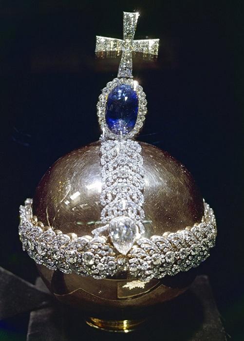 Держава императорская 1762 г. Золото, бриллианты, целонский сапфир (200 карат), алмаз (46,92 карата), серебро Высота с крестом 24 см