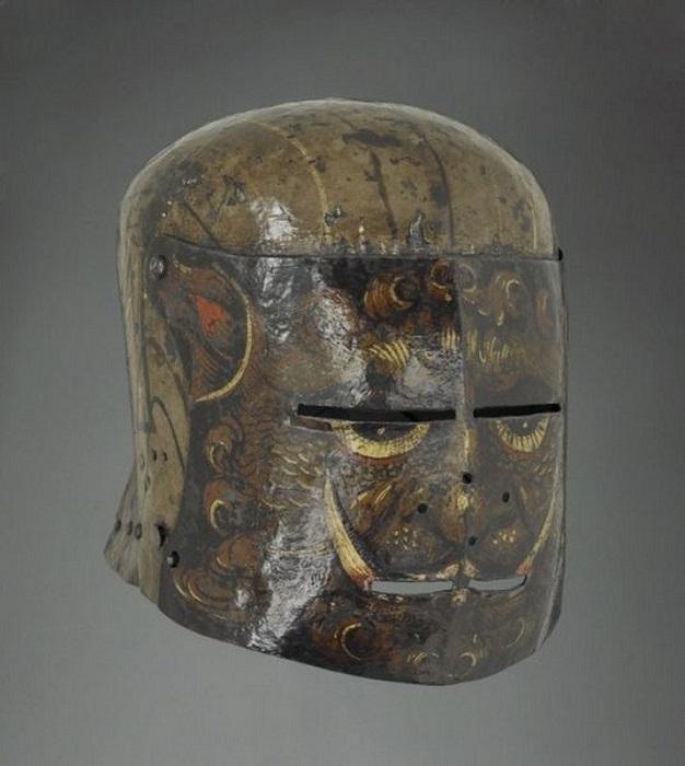 Саллет, покрытый масляной росписью, Германия, 1500   Челата с масляной росписью, носившаяся мечниками более низкого ранга.