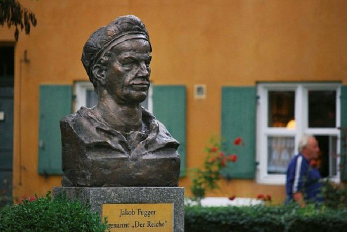 Памятник основателю поселения Якобу Фуггеру
