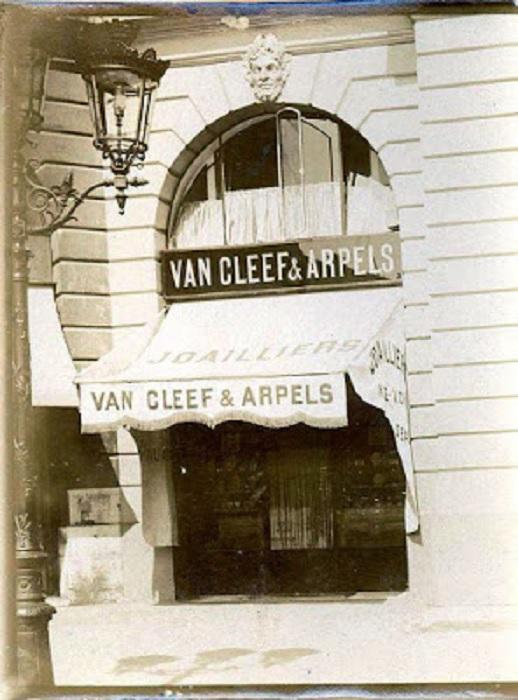 Одна из первых фотографий магазина на знаменитой Вандомской площади Парижа, сделанная в 1910 г.